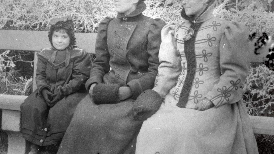 Skupina dam v městském kroji. Foto z roku 1899