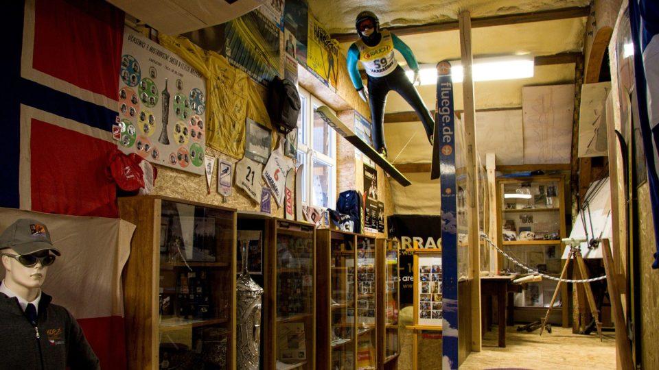 Své místo má v museu i harrachovský Mamut a lety na lyžích