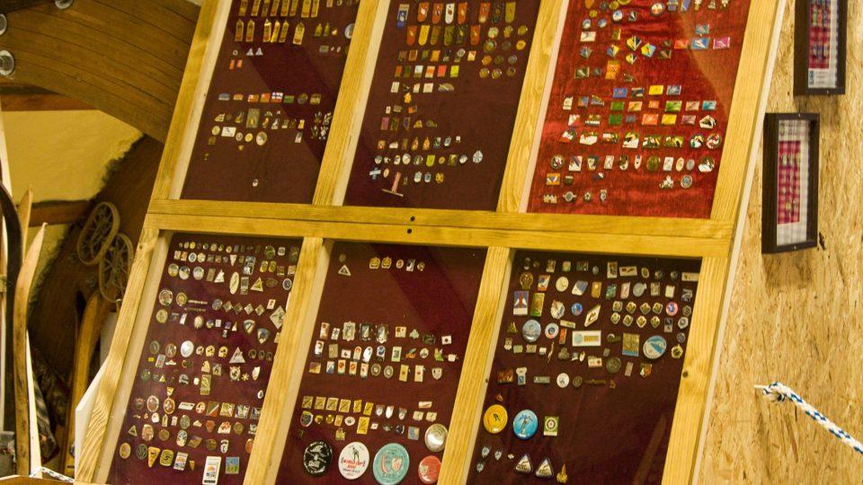 V museu je i část ze 4500 odznaků, které nasbíral Stanislav Slavík od vojny