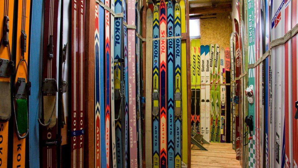 V museu je na 400 párů lyží, z toho 240 skoček