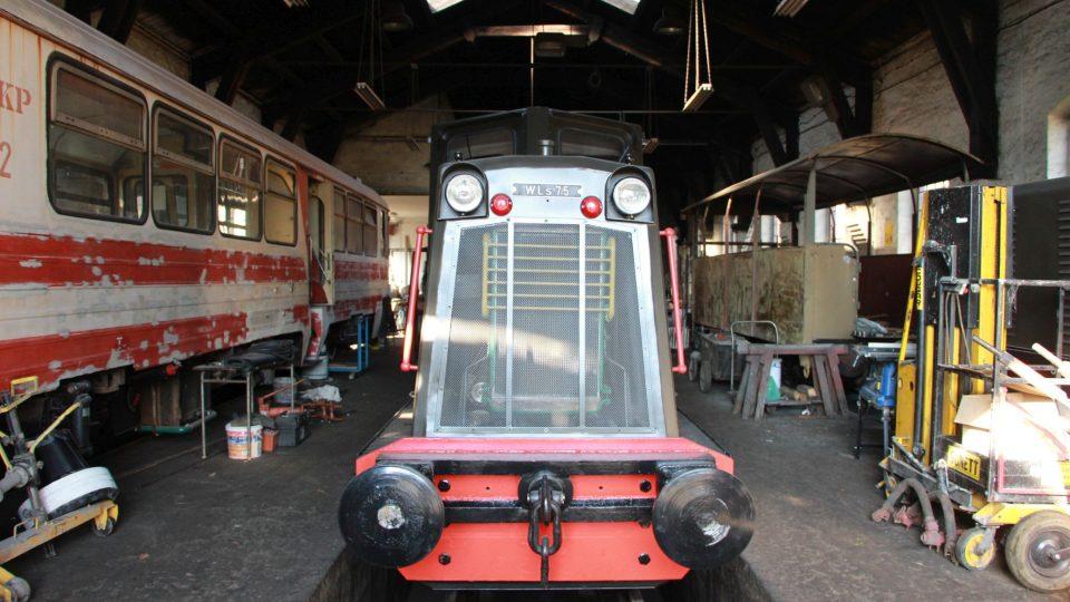 Úzkokolejná lokomotiva ve svém depu, za chvíli vyrazíme