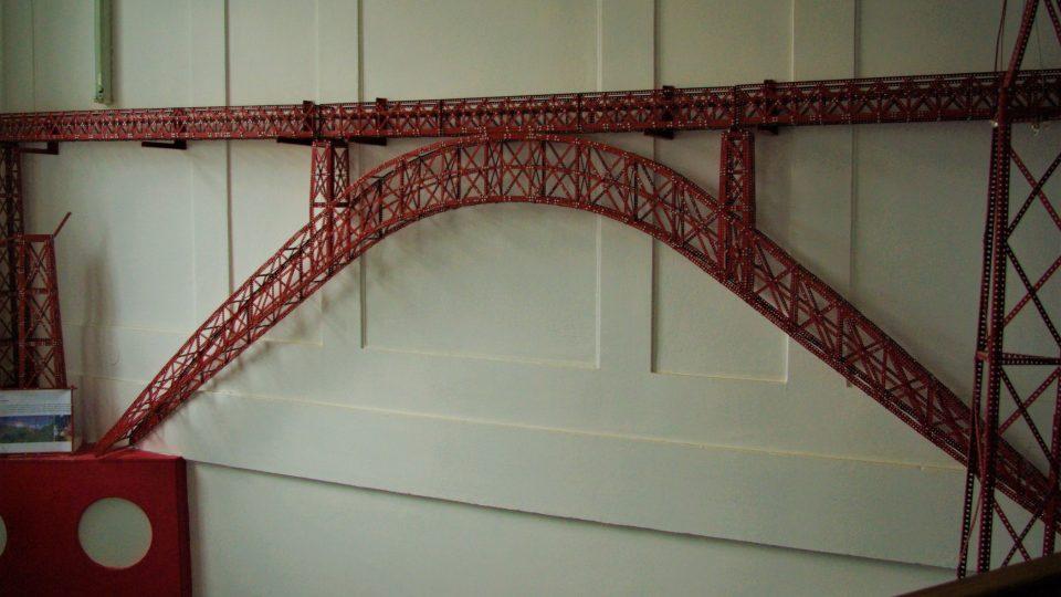 Model Eiffelova viaduktu Garabit ve Francii