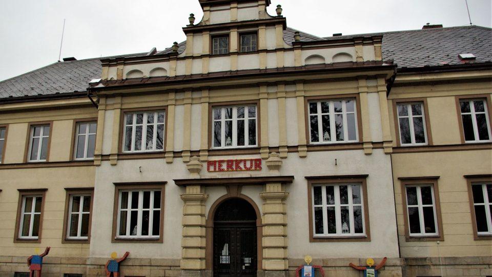 Muzeum Merkur v Polici nad Metují sídlí  v Tyršově ulici, v bývalém SOU zeměděském