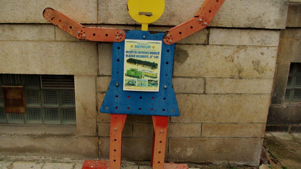 Přivítání před budouvou muzea zajišťují stylové figury
