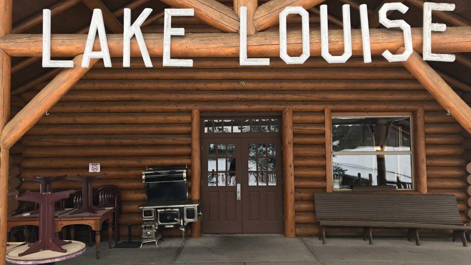 Nádraží v Lake Louise už dávno neplní svoji původní úlohu, teď je z něj restaurace