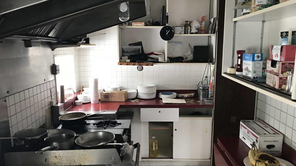 Hlavní kuchyně je v bývalé místnosti pro zavazadla