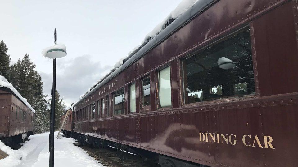Historický jídelní vůz na nádraží v kanadském Lake Louise