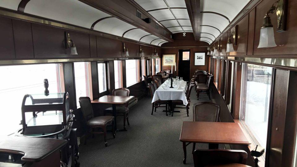 Interiér historického jídelního vozu