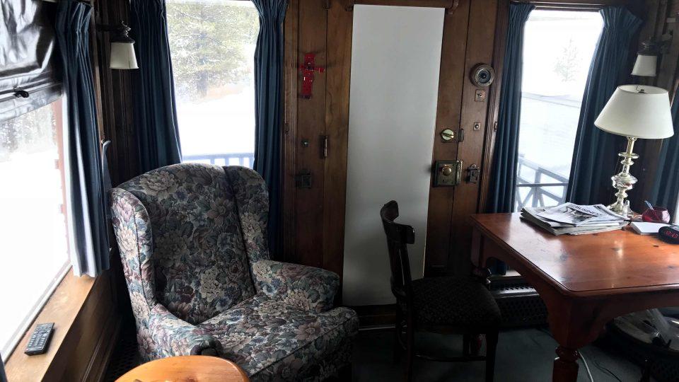 V jednom z vagonů si Jerry Cook našel místo i na relaxační koutek