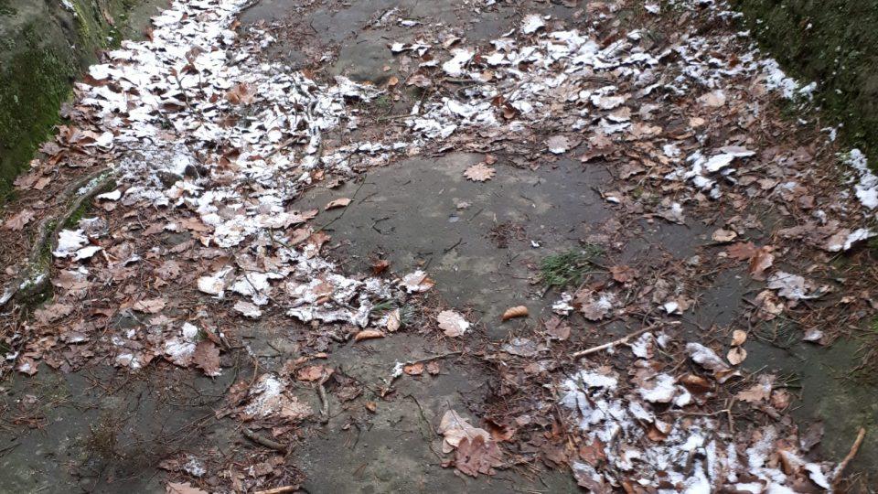 Cesta je skutečně kamenná vytesaná do skály, ale je také značně hrbolatá