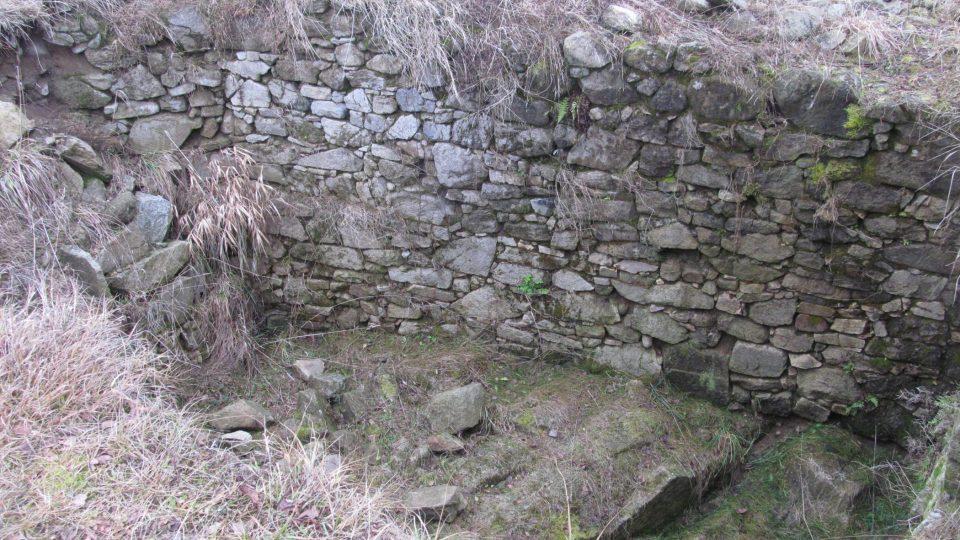Archeologové objevili základy několika různých staveb i sklepů