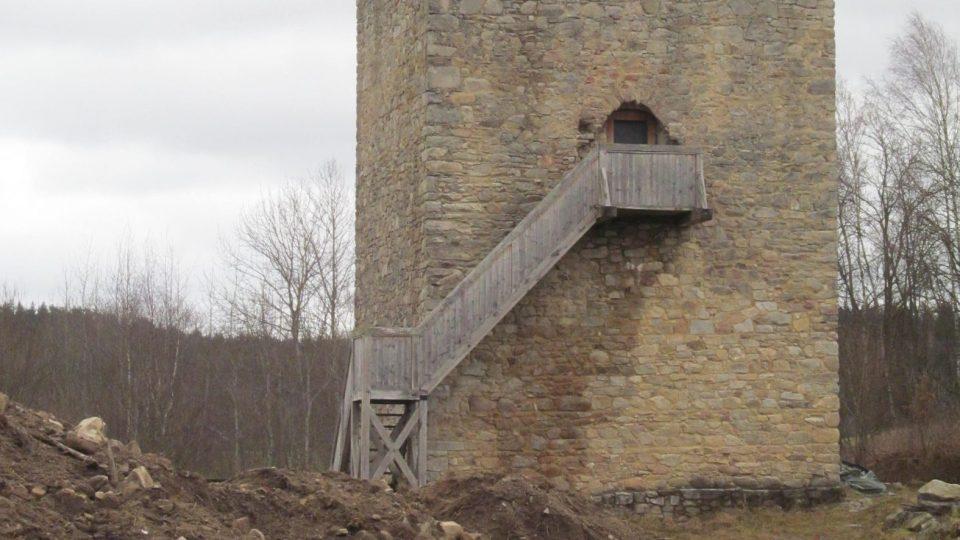 Tvrz Tichá se nachází zhruba čtyři kilometry jihovýchodně od obce Dolní Dvořiště na břehu rybníka Hláska