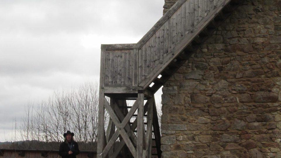 Z tvrziště se do dnešních dnů dochovala jen věž