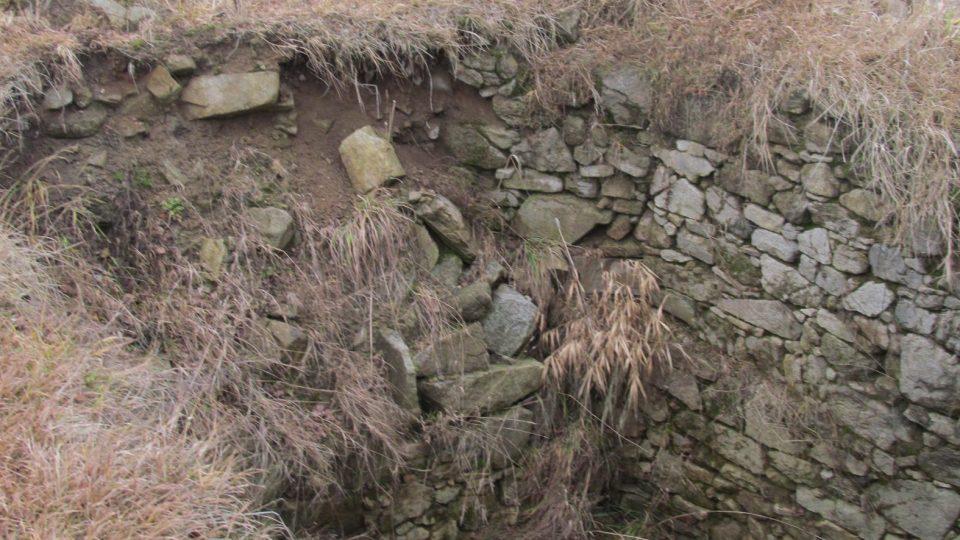 Archeologové objevili základy několika různých staveb, sklepů i obranné zdi