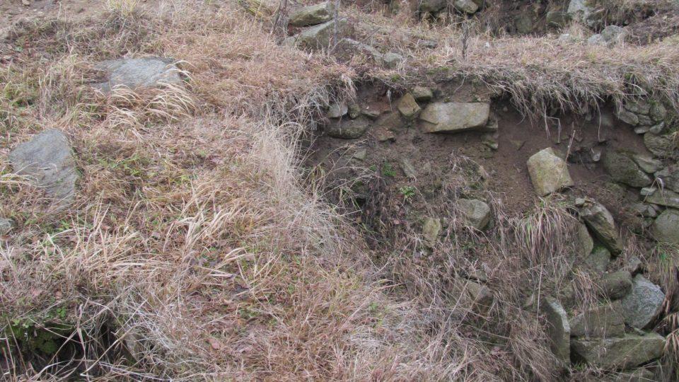 Tvrz Tichá najdete u rybníku Hláska nedaleko státní hranice
