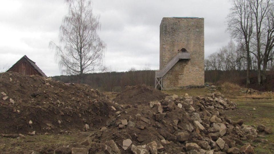Věž se do tří let dočká i zakrytí originálními středověkými metodami