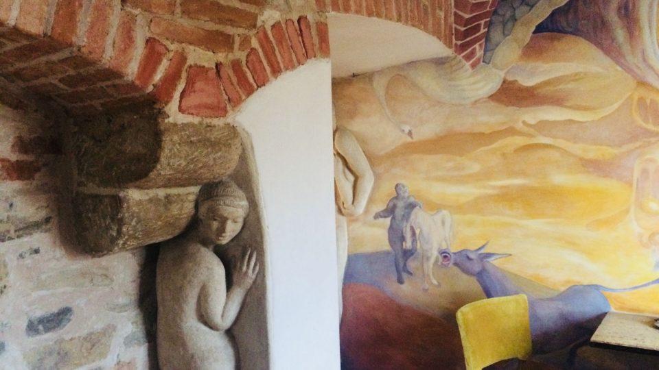 Interiér ostřešanského u měleckého domu. Gotické zdivo s podpěrným krakorcem, původně tam byl jen kámen, socha je z něj vytesaná