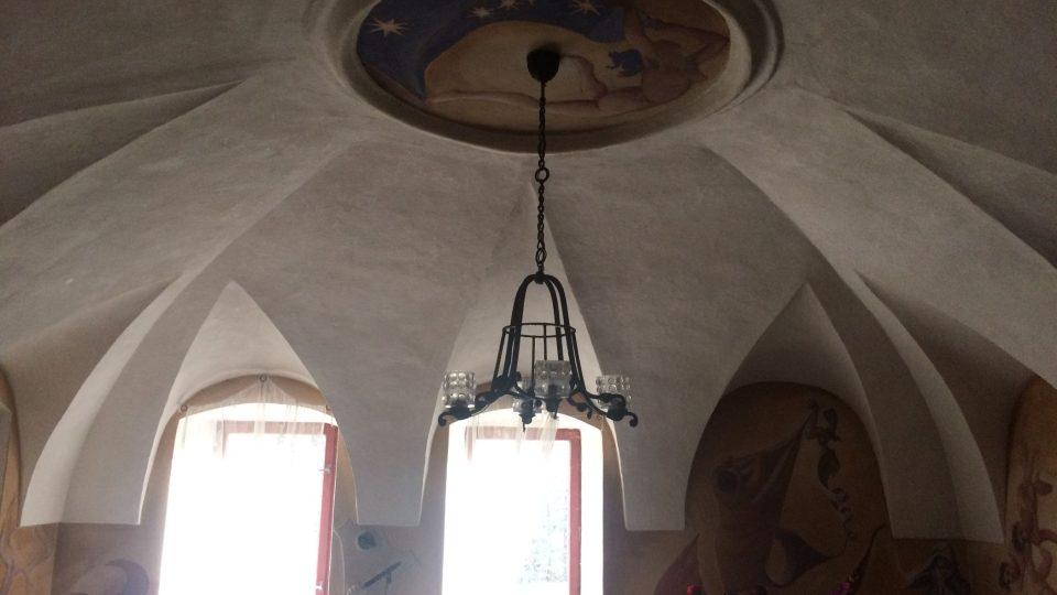 Klenby v hlavní místnosti pochází ze 16. století, pod nimi je strop ze 14. století