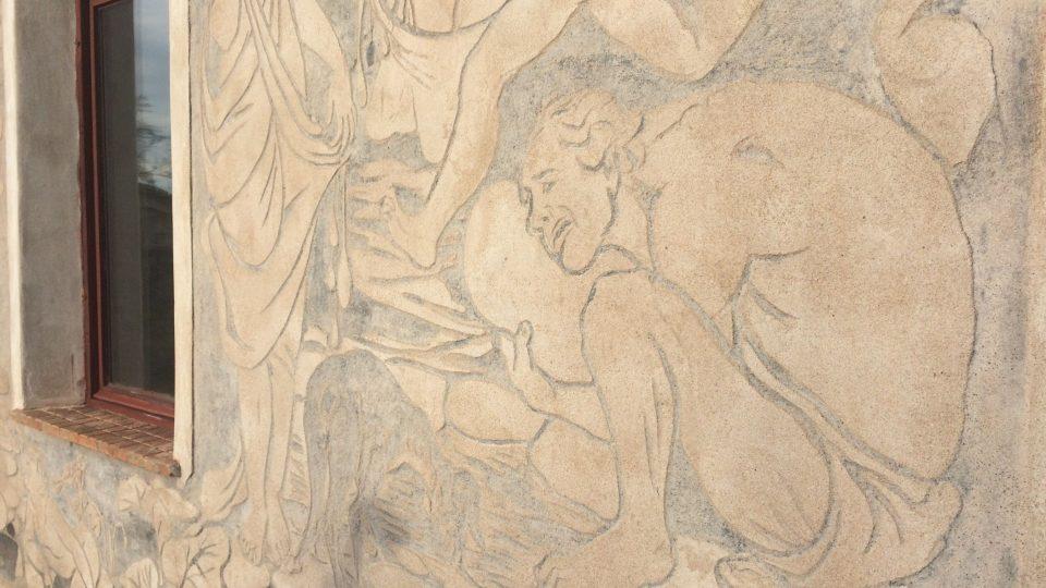 Na fasádu domu vyobrazila výtvarnice také humorně svého manžela Emanuela Kuksu, jak jí pomáhá s rekonstrukcí domu