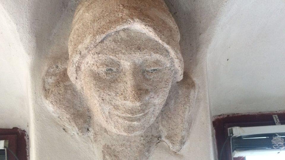 Na jeden z reliéfů domu vytvořila výtvarnice svůj portrét