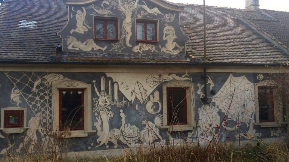 Sgrafita na ostřešanském domě jsou vytvořena podobnou metodou jako na renesanšním zámku v Litomyšli