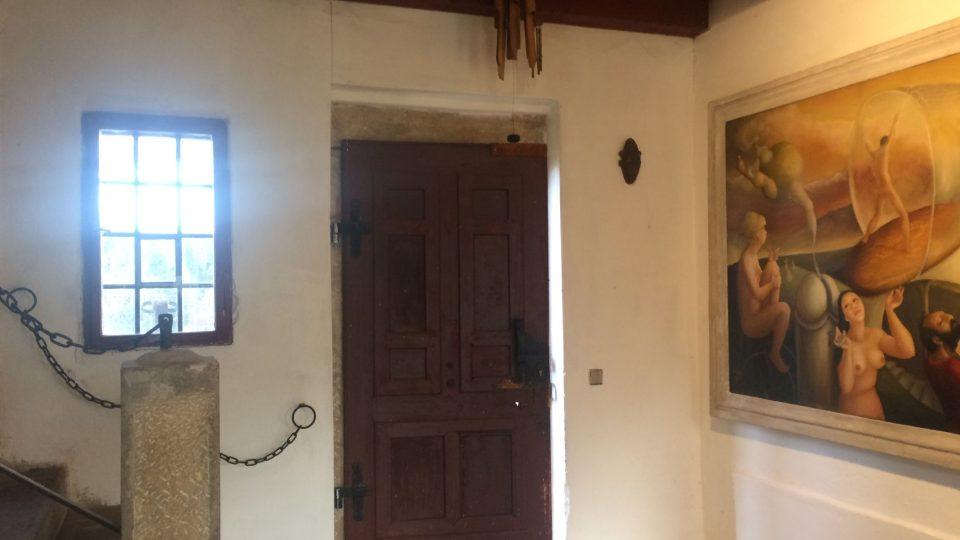 Vchod do domu, vstupní hala a v ní jeden z nejznámějsích obrazů Evy Filemonové