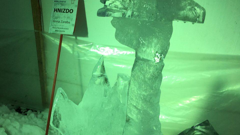 Sochy jsou vytesávány z bloků ledu