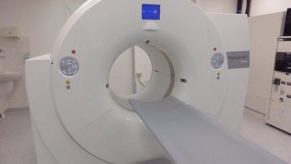 Lékaři vstříknou radiofarmakum pacientovi do žil a udělají 360° scan jeho těla