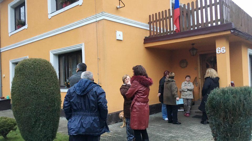 Voliči před nejmenší volební místnosti na Děčínsku v Nové Olešce