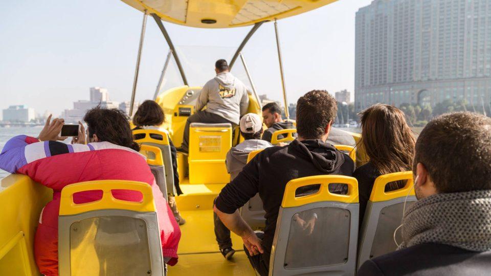 Na palubu člunu se vejde asi 15 cestujících