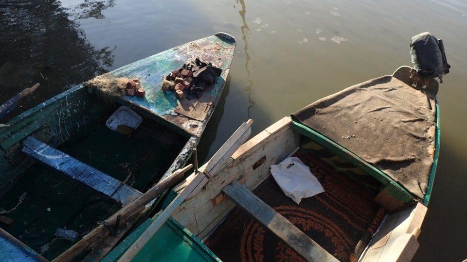 Moderní čluny versus staré bárky na rozpadnutí, i to je Nil v Káhiře