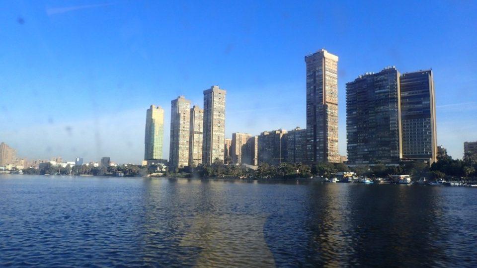 Tvář Káhiry je při pohledu z člunu zcela jiná