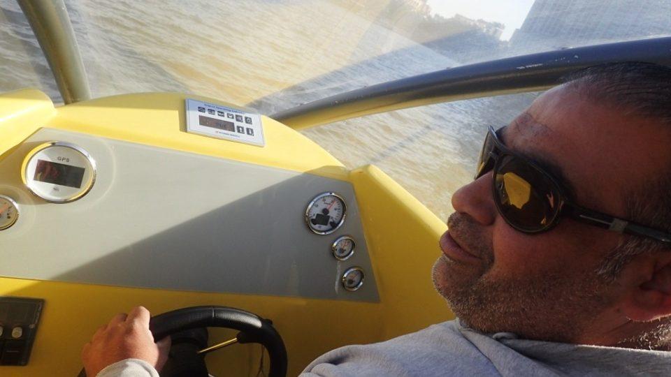Tachometr člunu kapitána Mu'tasima ukazuje rychlost kolem 70 kilometrů za hodinu