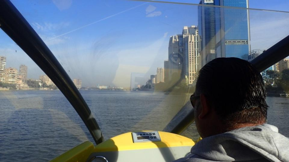 Lodní taxi v Káhiře ujede 15 kilometrů za 20 minut