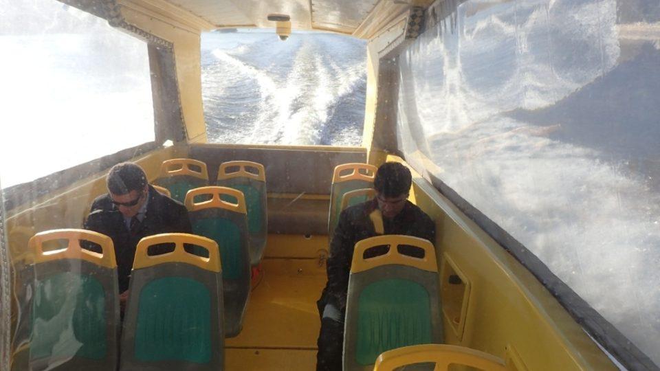 Před větrem chrání v zimním období cestující průhledná plachta