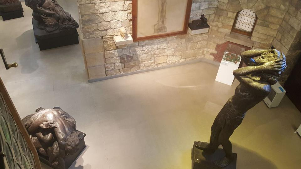 Pohled do ateliéru okénky v dětském pokoji, vpravo socha Úžas