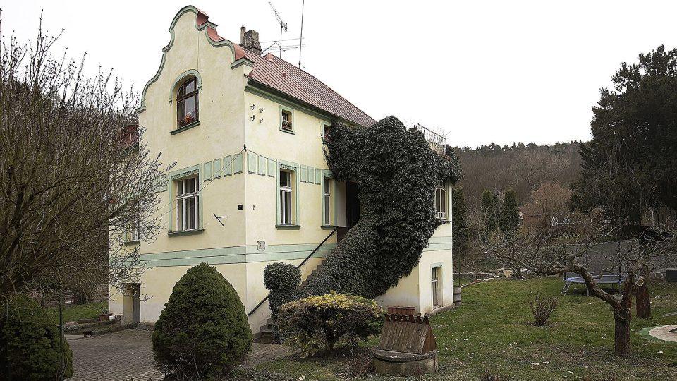 Romantickou secesní vilu č. p. 7  za obecním parkem koupil v roce 1938 Adolf Procházka