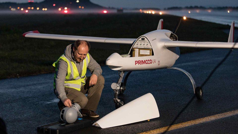 Letadlo a jeho pilot na přistávací dráze