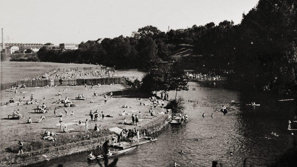 Historické fotografie Městské plovárny u řeky Radbuzy v Plzni