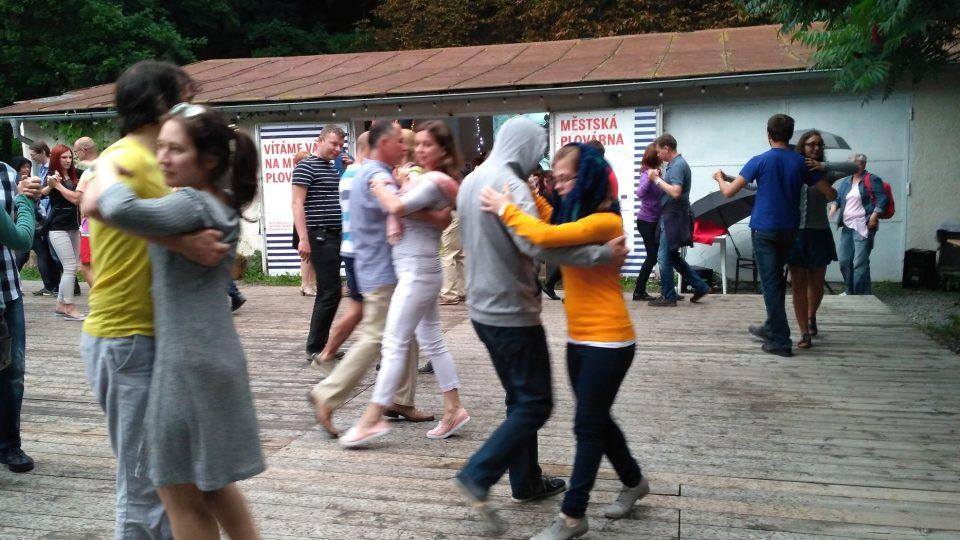 V létě na Městské plovárně probíhají koncerty, divadelní představení nebo tančírny. Na bázi dobrovolnictví ale nejde dál pokračovat, říkají lidé ze spolku Pěstuj prostor. A otevřeli veřejnou diskusi o budoucnosti plovárny