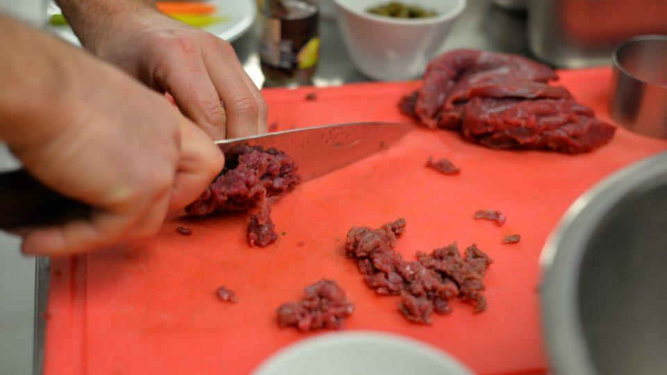 Zaječí maso odblaníme a pokrájíme na jednotlivé oddělující se kousky