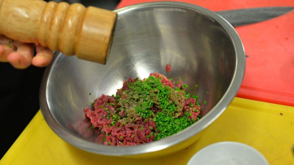 Přidáme nadrobno nakrájenou pažitku a nakonec lžíci oleje, maso pak bude šťavnatější