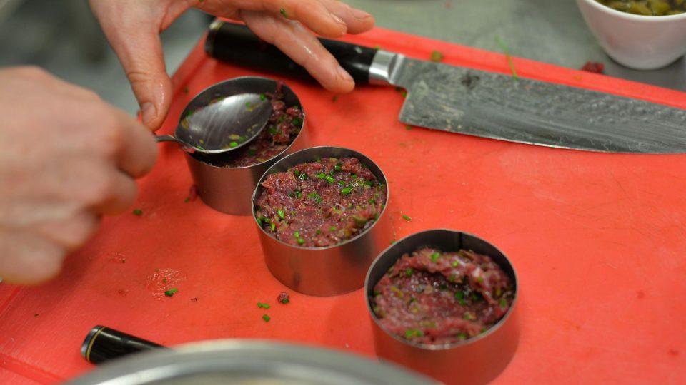 V ruce nebo ve tvořítku připravíme karbanátky, které následně smažíme na rozpáleném oleji na pánvi
