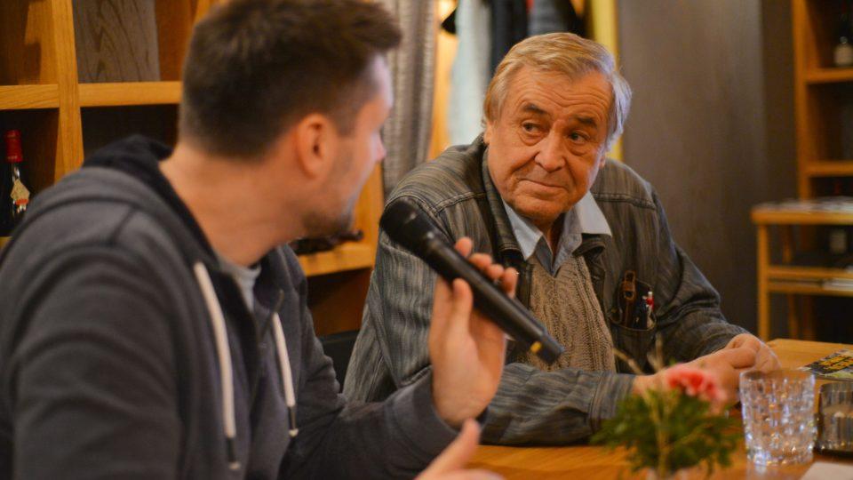 Zdeněk Žák při rozhovoru s Patrikem Rozehnalem