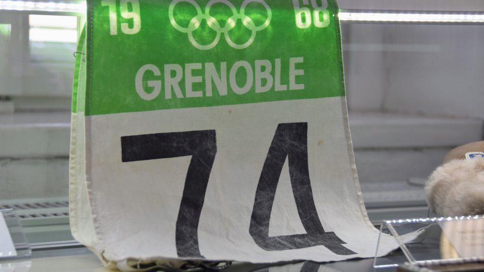 Číslo Jiřího Rašky z olympiády v Grenoblu v expozici frenštátského muzea