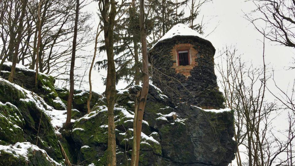 Kamenná poustevna na odvážném místě