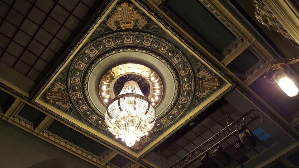 Lustr divadla, které až do roku 1990 neslo jméno S. K. Neumanna