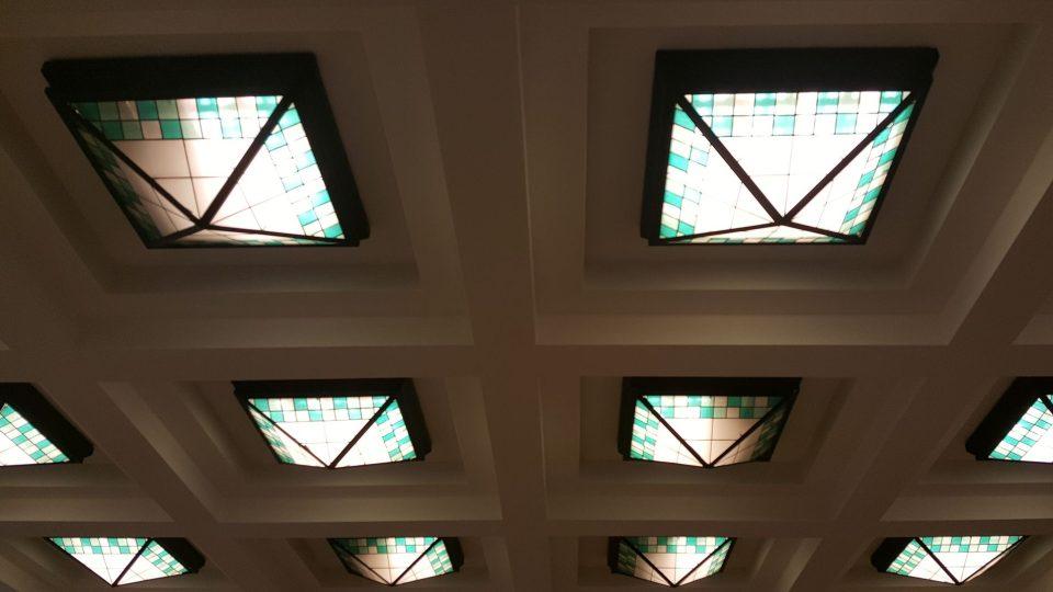 Osvětlení ve foyeru vás naladí na vstup do krásného secesního divadelního sálu