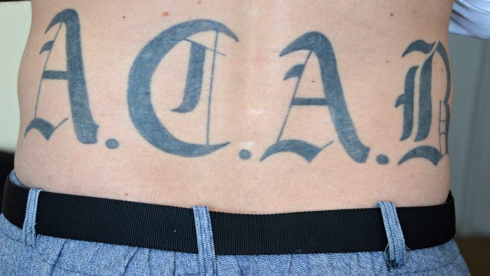 Tělo za katrem. Kniha etnoložky Aleny Lochmannové zaměřená na tetování u vězňů