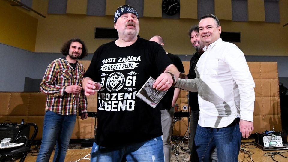 Novou desku 'Všecko bude' pokřtil šéf programu ostravského rozhlasu Richard Piskala (vpravo)